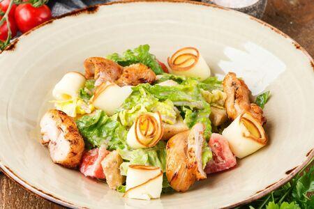 Микс-салат с копченым сыром и куриным бедром