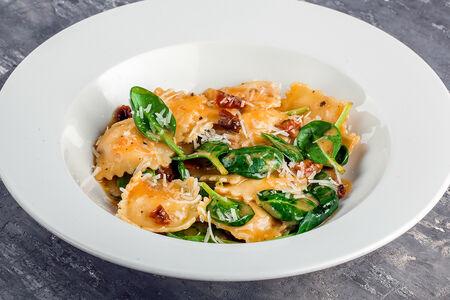 Домашние равиоли с лососем и сыром рикотта в сливочно-винном соусе