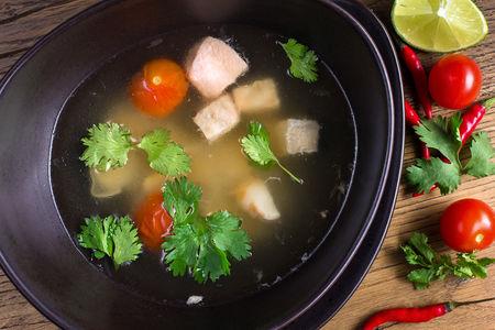 Суп Томсом Пла с лососем