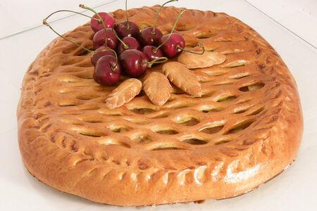 Пирог с вишней из сдобного теста