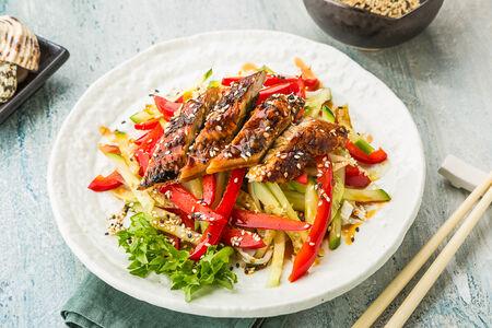 Теплый салат с угрем
