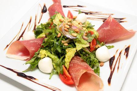 Салат с пармской ветчиной и сыром моцарелла