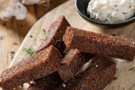 Бородинские гренки с чесноком с соусом тартар