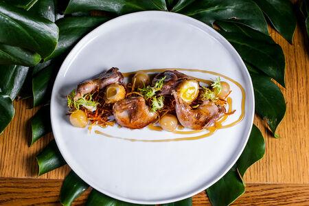 Теплый салат из перепелки с хрустящими овощами и медово-травяным соусом