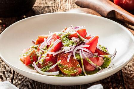 Салат с помидорами и крымским луком