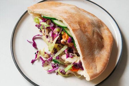 Сэндвич в пите с жареным тофу, овощами, кинзой и апельсиновым соусом барбекю