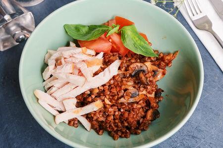 Греча-боул с грибами, курицей и томатами