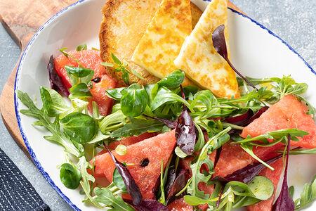 Салат с арбузом и обжаренным сыром халуми