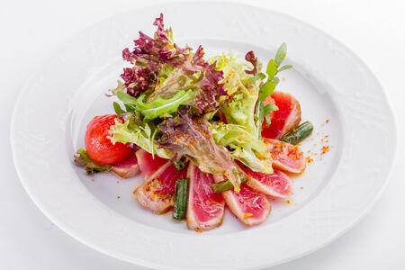 Салат с тунцом и зеленой фасолью под медово-горчичной заправкой