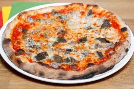 Пицца Грибы и сальсичча