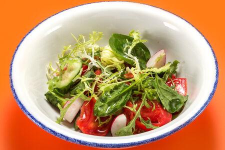 Зелёный салат с томатами, огурцом и редисом