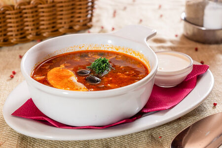 Суп Солянка мясная со сметаной