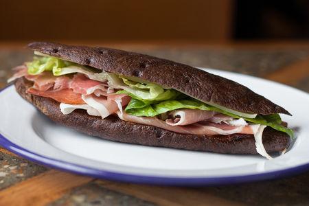 Сэндвич с пармской ветчиной, карамелизированными томатами и сыром