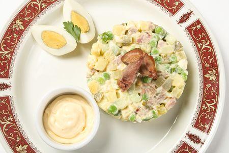 Русский салат с обжаренными филейчиками перепелов