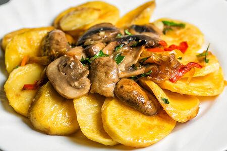 Картошка с грибами и овощами