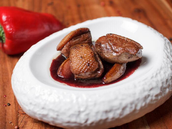 Утиная грудка с грушей в винно-медовом соусе