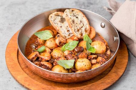 Осьминог в соусе каччукко с картофелем