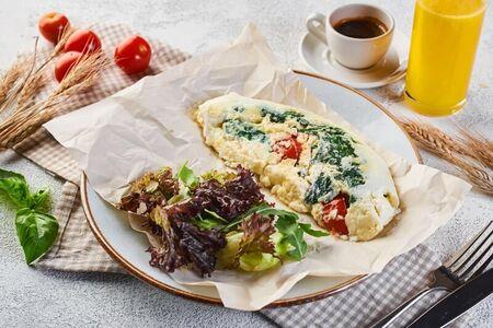Омлет со шпинатом и томатами черри