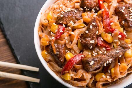Вок с говядиной и кукурузой в томатном соусе