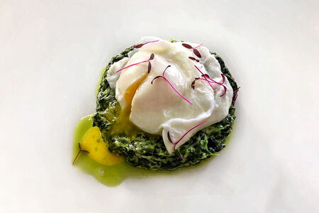 Яйцо пашот со шпинатом