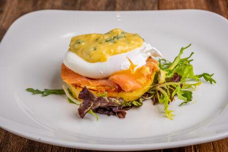 Яйцо-пашот с лососем
