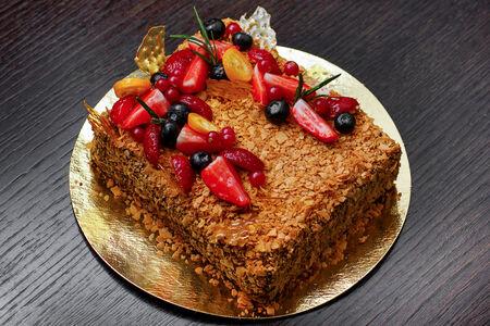 Торт Медовик с черникой