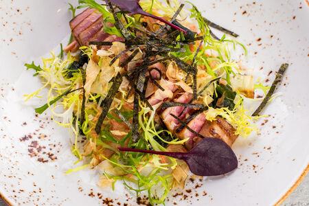 Салат с тунцом и вакаме