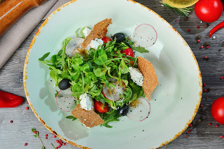 Салат из свежих овощей с сыром и бальзамической заправкой