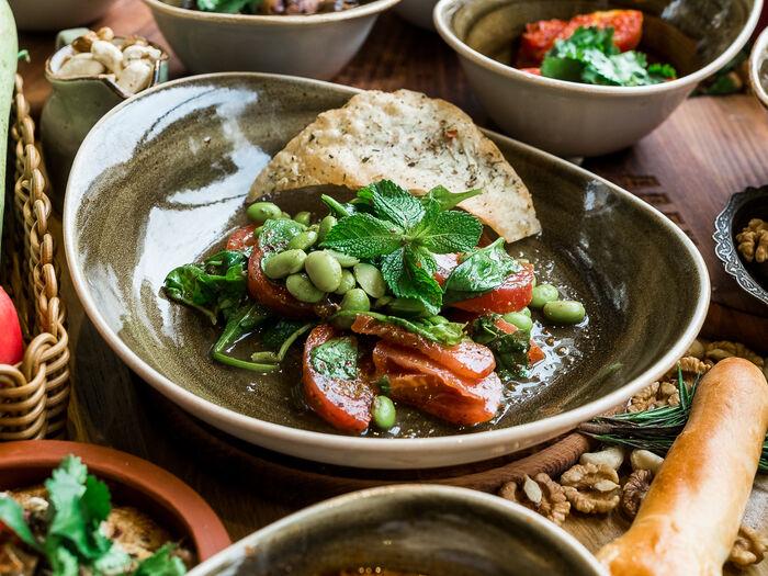 Салат со сладкими томатами и бобами эдамаме