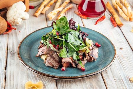 Салат из запеченных баклажанов с ростбифом
