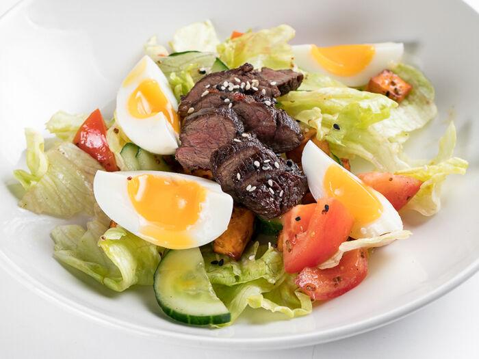 Салат с говядиной и бататом