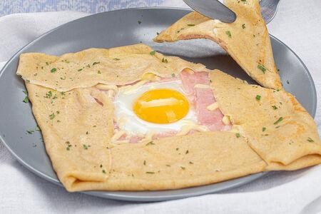 Блин с ветчиной сыром и яйцом