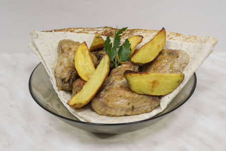 Куриные крылья с картофелем в лаваше