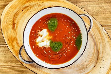 Томатный суп с соусом песто и сыром моцарелла