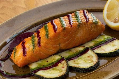 Стейк из сёмги с жареными овощами