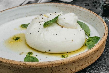 Сливочный сыр Буратта с томатным соусом
