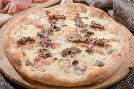 Пицца с сыром, беконом и грибами