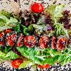 Фото к позиции меню Салат из лосося, обжаренного в темпуре