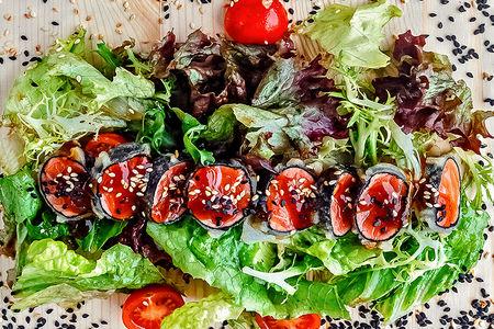 Салат из лосося, обжаренного в темпуре