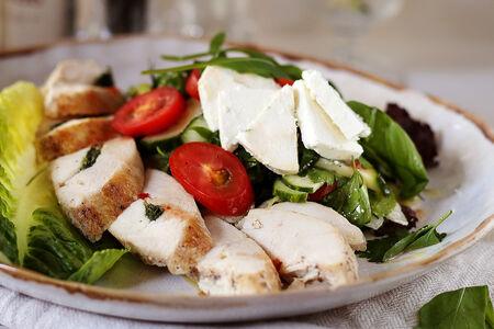 Салат с куриной грудкой и свежими овощами