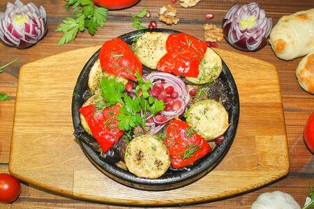 Свинина с овощами в лотке