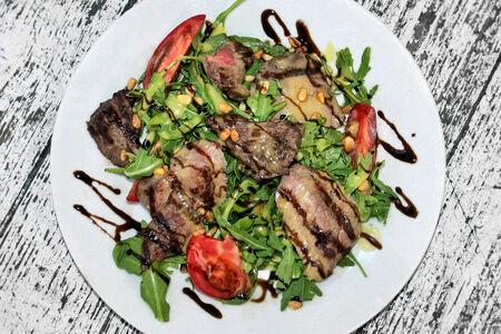 Салат с теплой говядиной