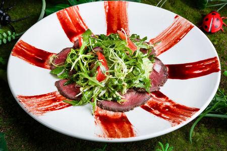 Салат с ростбифом с медово-горчичной заправкой
