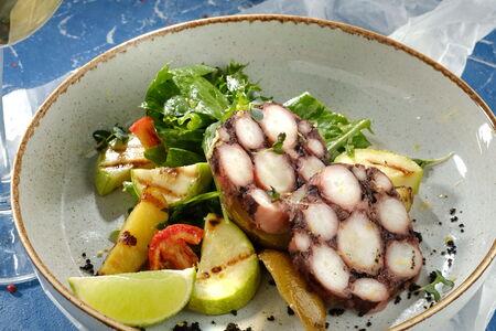 Салас с щупальцами осьминога, овощами гриль и кунжутным маслом