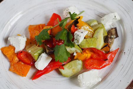 Салат из печеных овощей и брынзы
