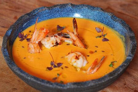 Крем-суп из тыквы и паприки с тигровыми креветками