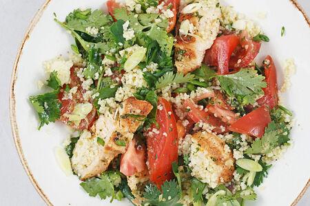 Салат с куриной грудкой на гриле и кинзой