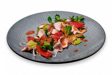 Салат с овощами гриль и куриным филе
