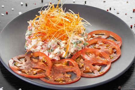 Салат из камчатского краба с кенийской фасолью и томатами