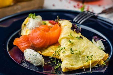 Омлет с лососем и сырным кремом